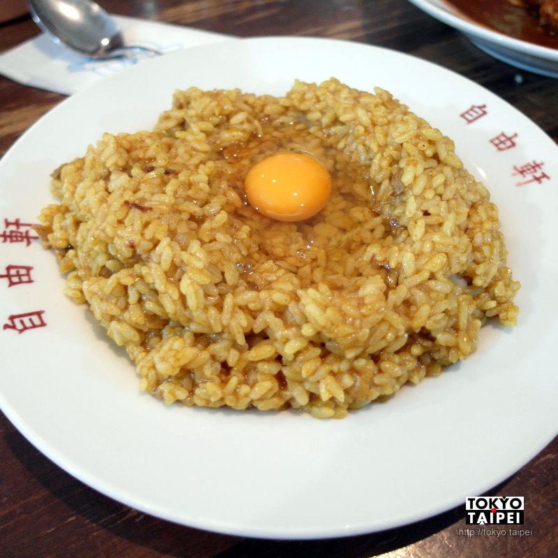 【自由軒】配上整顆生雞蛋的百年名物咖哩飯