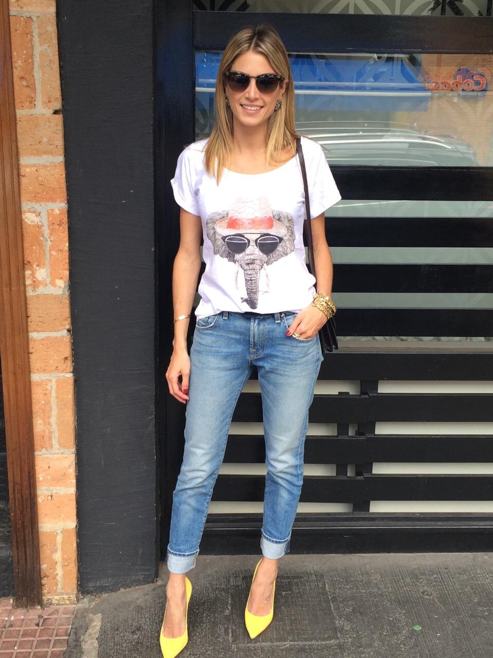 Dicas de moda, calça Kinny Jeans com camiseta basica, óculos escuro e Scarpin amarelo