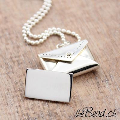 Silber Brief lässt sich öffnen und einen Liebesbrief einlegen