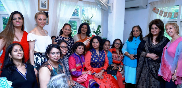 Hosts of the Afternoon Aromatherapist Dr. Blossom Kochhar and Dr. Meenu Walia with the Cancer survivors and Delhi based celebrities-min