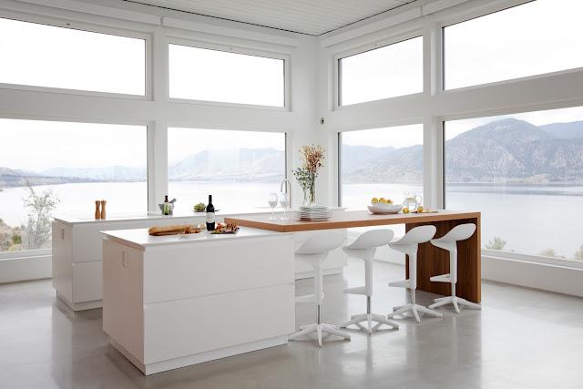 cocina-blanca-y-madera-con-isla-ritchieconstruction2