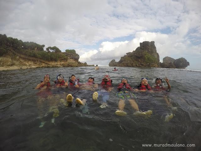 Asyiknya Snorkeling di Pantai Nglambor