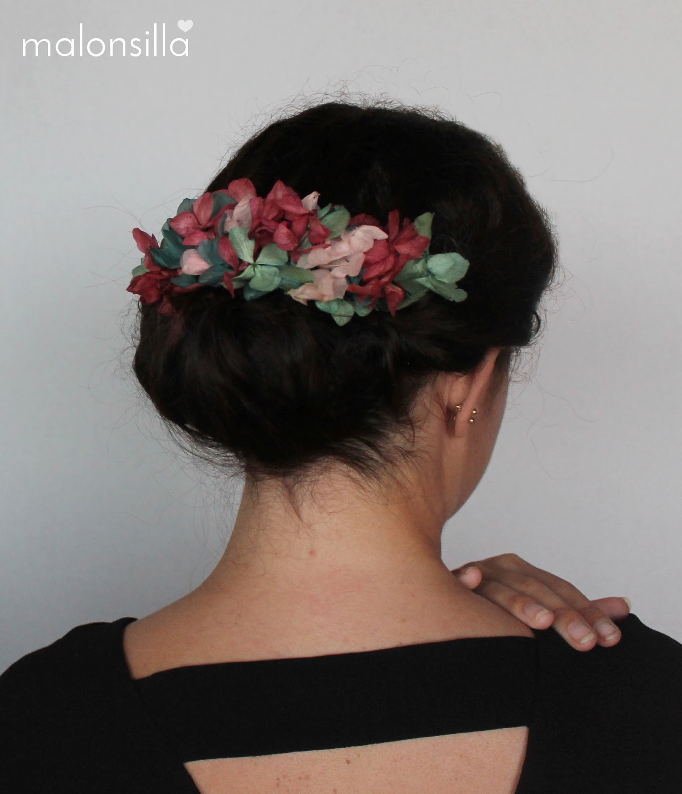 Marta de boda con Peineta de flores Virginia Malonsilla Tocados