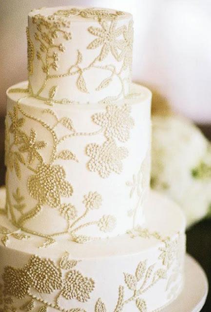 Pastel de boda clásico y original con cordón - Foto: www.brides.com