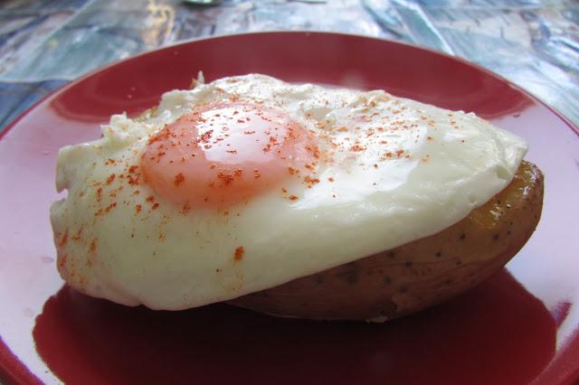 ziemiak pieczony z jajkiem sadzonym