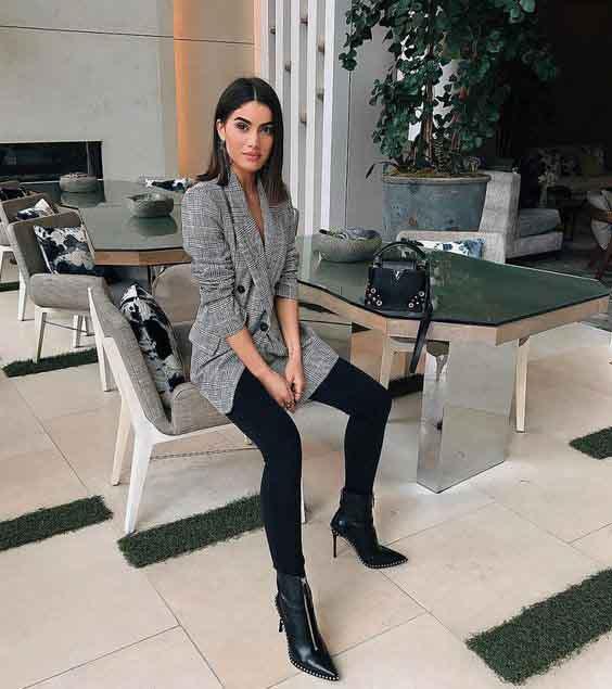 Camila coelho vestindo calça preta e blazer xadrez