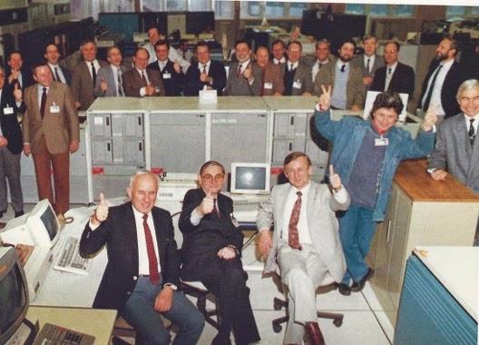 Pierre Salkazanov 'Salka', el único sin traje ni corbata, junto a un grupo de representantes del Groupe Bull celebrando la finalización del ordenador central Bull DPS7000 en 1987
