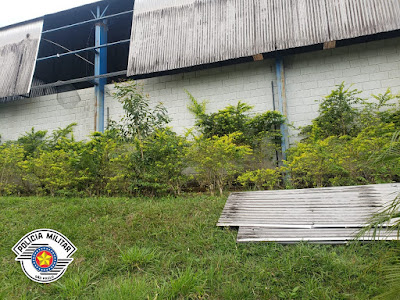 Polícia Militar de Registro-SP prende três homens furtando telhas em prédio da prefeitura