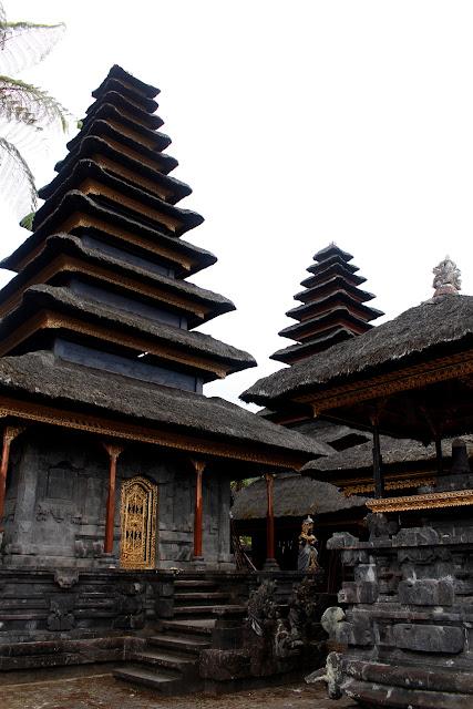 Unos templos dentro de Pura Besakih (Bali)