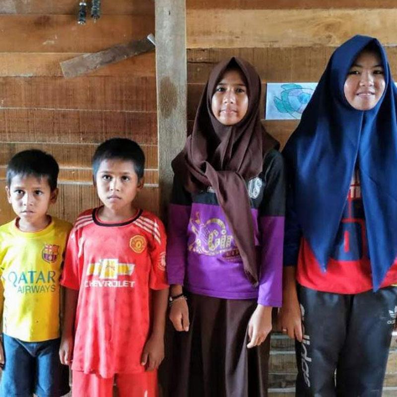 Gadis 16 Tahun, Jadi Buruh Angkut Batu Bata Demi Hidupi 3 Adiknya, Nadia Safitri. Remaja 16 tahun yang tinggal di Pekanbaru yang rela mengorbankan dirinya untuk tidak bersekolah demi mengurus dan bekerja menghidupi ketiga adiknya yang masih kecil.