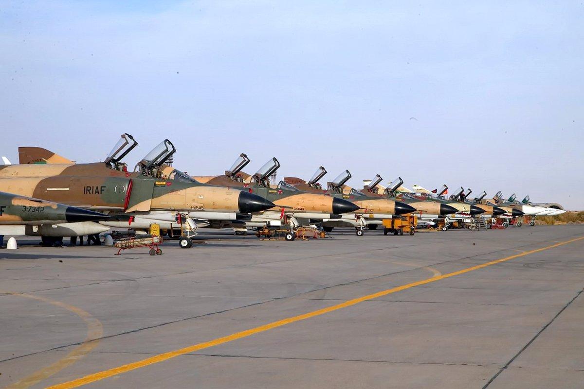 """O Irã mantêm uma """"ampla gama de aeronaves originárias dos Estados Unidos, Rússia e China, incluindo os estadunidenses F-14 Tomcat, o F-4 Phantom II e o Tiger F-5."""