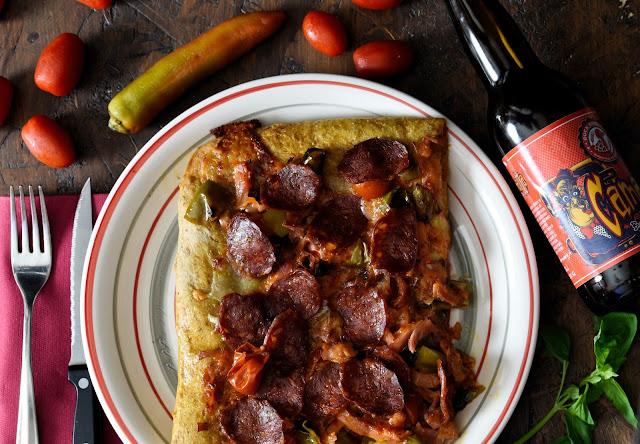 Pizza al Monterey Jack Cheese, peperoni, prosciutti cotto e salamino
