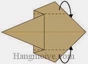 Bước 4: Gấp hai cạnh giấy về phía mặt sau.