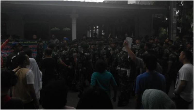 Tentara Kodam Jaya mendatangi posko mereka yang dirusak warga di Komplek Eks 3 Mei
