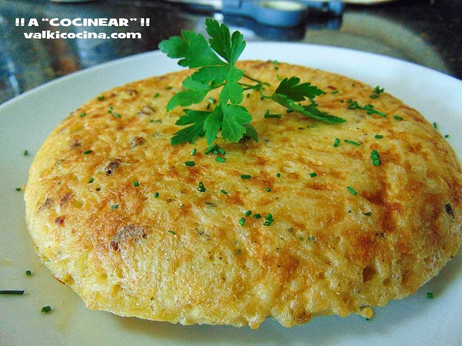 Receta fácil de pasta al ajillo cocinada en tortilla