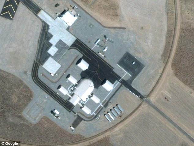 Ahora, la base aérea tiene una pista de 5.000 pies y un hangar grande (foto). Alberga pruebas de aviones de agencias federales como el Departamento de Defensa y de Seguridad Nacional