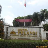 Ini adalah foto papan nama Hotel Pelangi di kota Malang