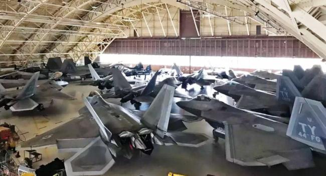 F-22 Raptor di Tyndall AFB sebelum badai