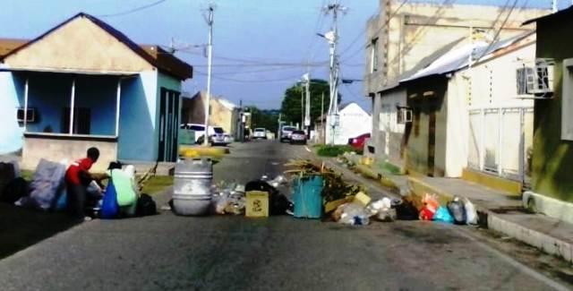 vecinos-trancan-calles-de-la-villa-con-basura