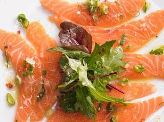 Carpaccio de salmón con rúcula