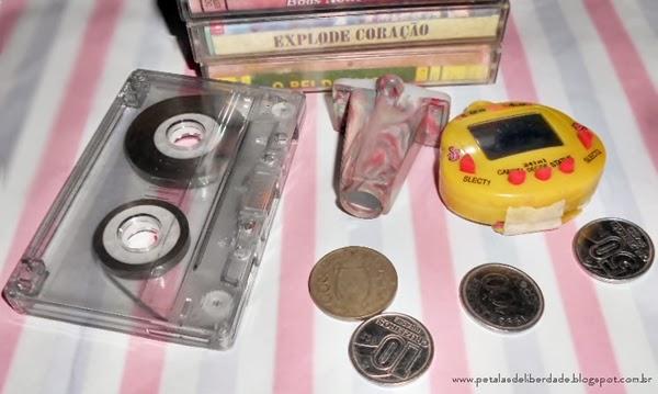 objetos antigos, fita cassete, moedas antigas, tamagotchi
