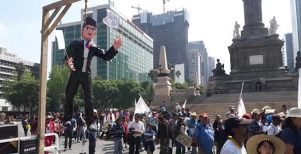 Campesinos cuelgan monigote de Peña Nieto en Ángel de la Independencia