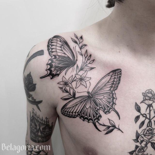 Un tatuaje en el pecho de una mariposa y flores