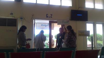 llamando a embarcar en aeropuerto birmania