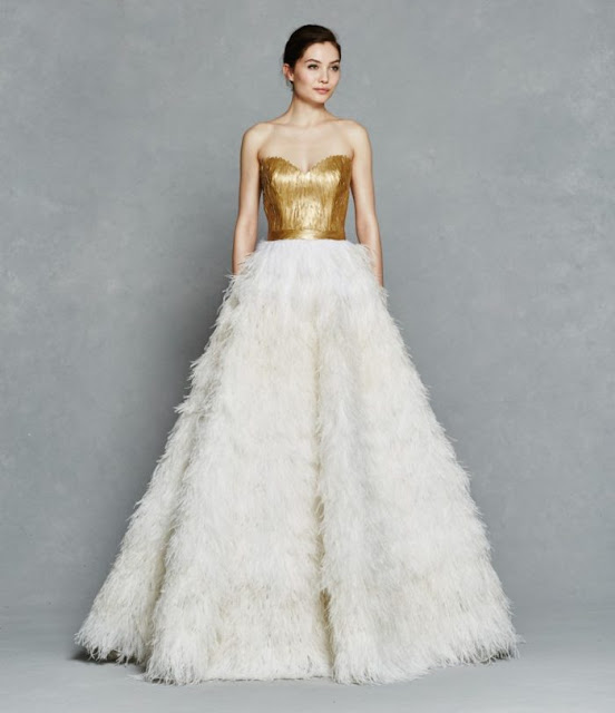 Vestido de novia de Kelly Faetanini 2017 con plumas - Foto: www.dressforthewedding.com