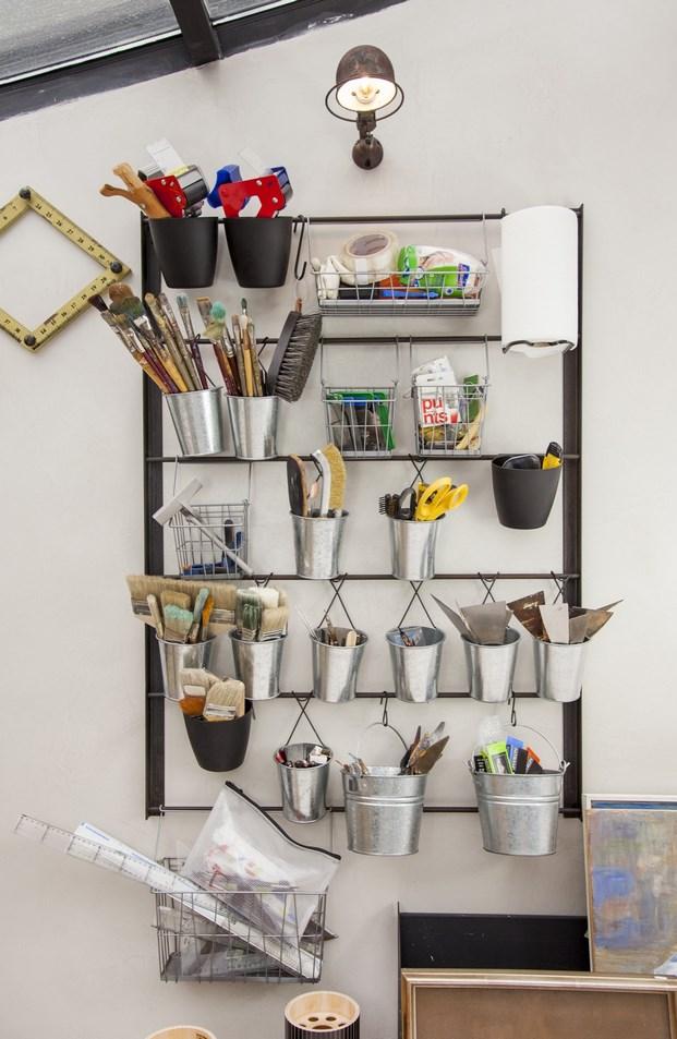 taller-manualidades-pintura-bricolaje-mesa-madera-estilo-industrial-techo-cristal-vintage-piezas-muebles-ikea-botes-colgar-modboard