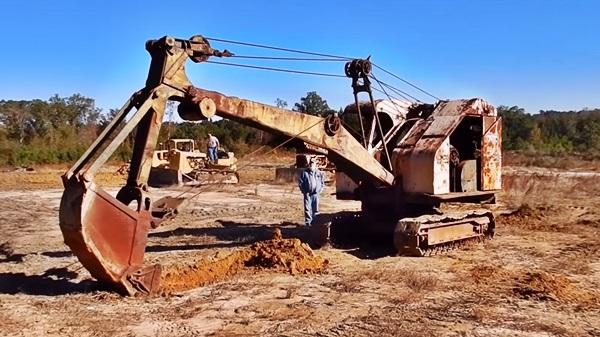 escavadeira antiga movida a cabo