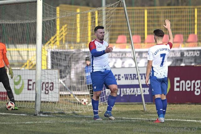 Gryf Słupsk wygrał 5-0, kibice Gryfa pokazali oprawę, Robert Skumiał