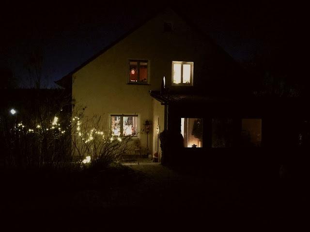 unser erleuchtetes Haus in der Dunkelheit der Nacht (c) by Joachim Wenk