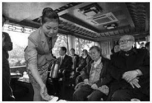 """(上图)2013年4月江泽民一家到江苏扬州""""祭祖"""",在游船上紧盯女服务员。"""