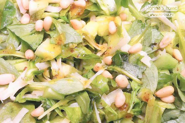 Зеленый салат с рукколой, огурцами и кедровыми орешками