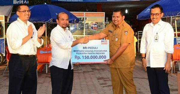 Komut BRI Serahkan CSR untuk Pembenahan Fasilitas Pujasera Pantai Padang