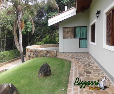 Piso de pedra na piscina, com pedra moledo, tipo chapa de pedra moledo, com espessura de 7 cm a 12 cm em chácara em Atibaia-SP.