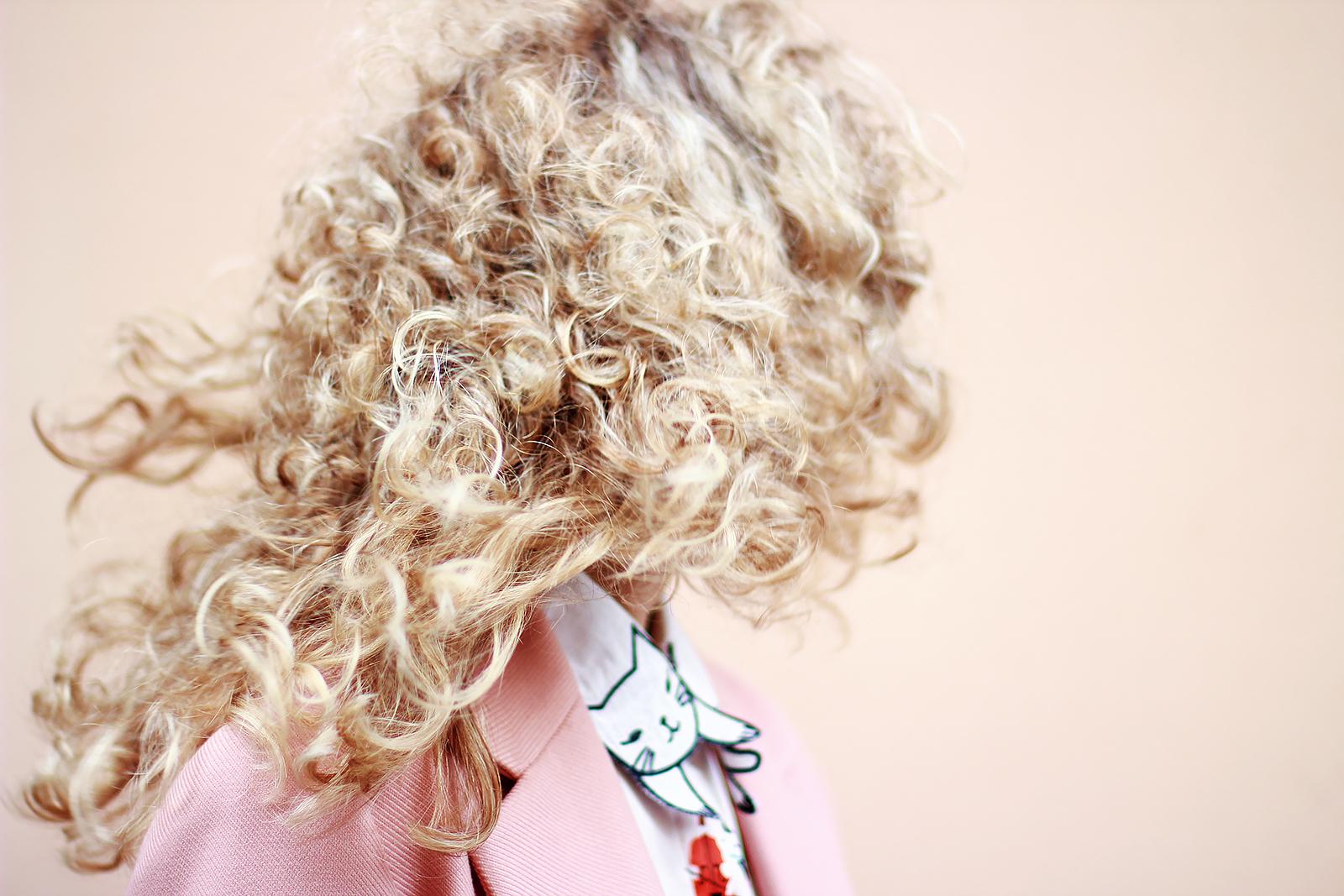 margarita_maslova_pink_coat_caramel_pants_cats_blouse_rose_quartz_bag_streetstyle_