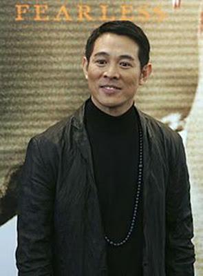 Biografi Jet Li           Jet Li lahir di Beijing, Cina, 26 April 1963. Sekarang ia berumur 49  tahun. Jet Li merupakan seorang aktor berkewarganegaraan Amerika Serikat  kelahiran Beijing, RRC yang hobinya bermain wushu. Dia dilahirkan di  Beijing. Dia mulai berkarir di dunia film sejak tahun 1982. Jet Li adalah  1 dari sekian banyak aktor yang tak pernah mengenyam pendidikan formal  dalam bidang akting.  Jet Li mulai mempelajari ilmu bela diri ini sejak ia berumur 8 tahun.  Banyak sudah medali yang ia peroleh dari menjadi atlet Wushu ini. Saat terjadi booming film-film Kung Fu di Cina sekitar tahun 80-an, daya  tarik dunia peran ini mempesona Jet Li yang belum juga berusia 20 tahun.  Jet Li terjun ke dunia film dalam film pertamanya SHAOLIN TEMPLE. Aktor yang sempat ngetop lewat sekuel film ONCE UPON A TIME IN CHINA ini  mendapat julukan 'Jet' karena gerakannya yang cepat dan karena orang Filipina yang merasa kesulitan mengucapkan nama asli Jet Li.        Karir Jet Li rupanya tak berhenti sampai di Hong Kong saja. Jet Li setuju  untuk memerankan tokoh jahat dalam film LETHAL WEAPON 4 karena sang  sutradara berjanji akan menempatkan Jet Li sebagai pemeran utama pada