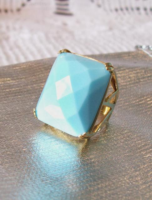 Anel dourado com pedra azul, aro 18