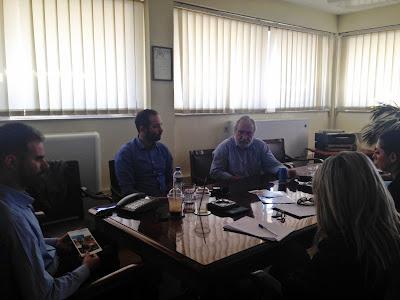 Ο Πρόεδρος του Οίκου Ναύτου Βαγγέλης Αυγουλάς, ο Πρόεδρος του ΠΕΔΔΥ Πειραιά κ. Κώστας Τζίνης και ο κοινωνικός λειτουργός από τα Παιδικά Χωριά SOS Αναστάσιος Χανδρινός