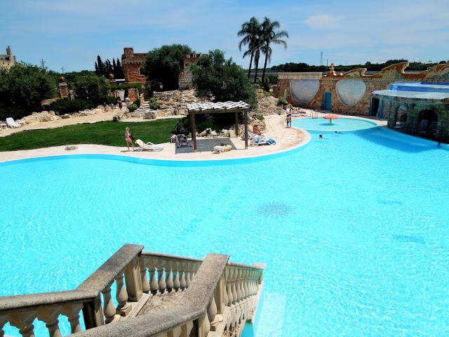 piscina, borgo, acqua verde,