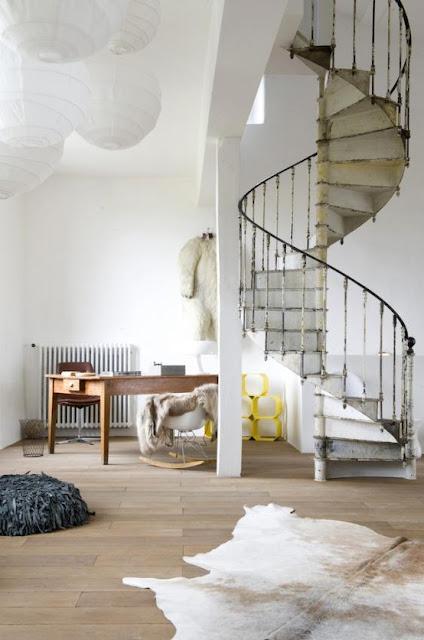 białę kręcone schody
