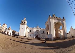 No pátio da igreja matriz de Copacabana / Bolívia.