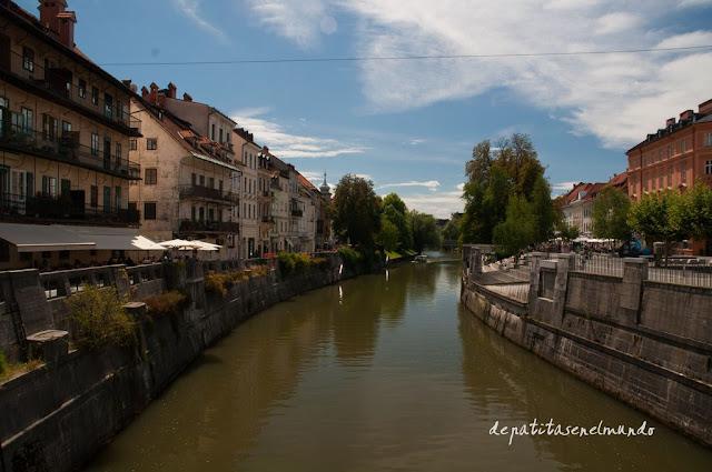 Terrazas a orillas del Rio Liublianica