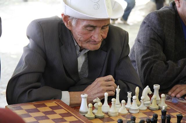Kirghizistan, Och, joueurs d'échecs, ak kalpak, © L. Gigout, 2012