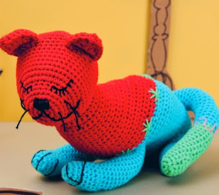 http://www.deramores.com/media/deramores/pdf/rico-kitty-cat-free-pattern.pdf