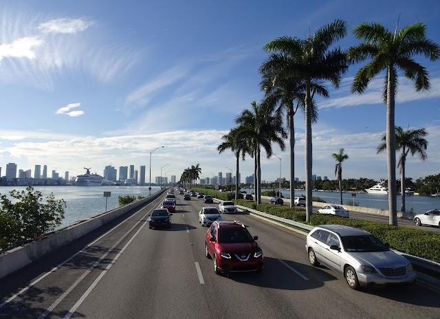 Carretera de Miami en hora punta con la vista de Downtown