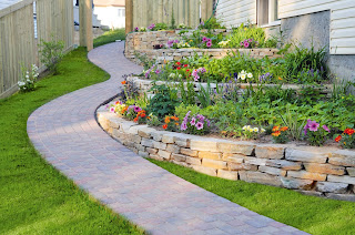 eğimli bahçe dekorasyonu