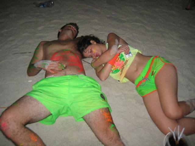 Спят на пляже